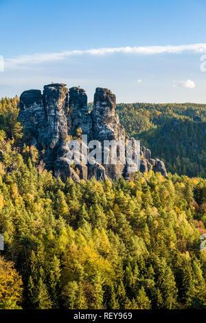 Landschaft im Nationalpark Sächsische Schweiz mit den Felsen und Bäume Gansfels - Stockfoto