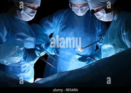 Gruppe von Chirurgen in Masken Ausführen des Vorgangs. Medizin, Chirurgie und Hilfe in Notfällen Konzepte - Stockfoto