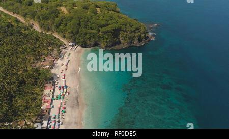Sandstrand mit Palmen in der tropischen Resort. Antenne Marine sand Strand mit türkisblauen Wasser. Marine, Meer und den wunderschönen Strand. Travel Concept. Indonesien, Bali