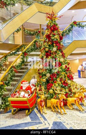 Weihnachtsbaum onboard P&O Acadia auf die 2018 Weihnachten Kreuzfahrt in die Karibik und zurück. - Stockfoto