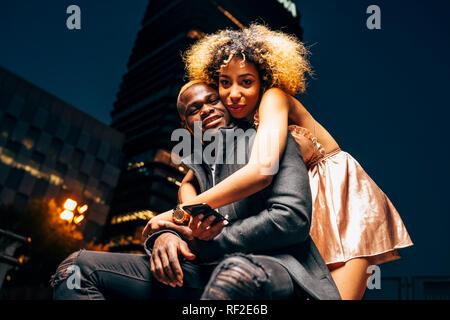 Porträt eines jungen Paares in der Liebe in der Nacht in der Stadt - Stockfoto