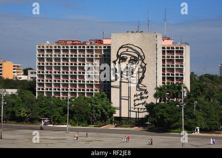 Große Darstellung von Che Guevara auf das Ministerium des Innern an der Plaza de la Revolución (Platz der Revolution). - Stockfoto
