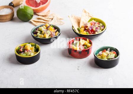 Mango Avocado salsa mit Grapefruit und Hot Chili Pepper, köstliche Vorspeise, Snack oder Salat Dressing über hellgrauen Hintergrund - Stockfoto