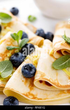 Süße Pfannkuchen mit frischen Beeren gewickelt, Pfannkuchen mit Heidelbeeren - Stockfoto