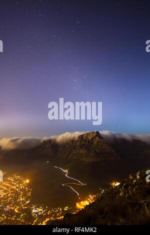 Wandern auf dem Lion's Head für einen Blick auf den Vollmond über Kapstadt, Western Cape Provinz, in Südafrika ist eine beliebte Aktivität. - Stockfoto