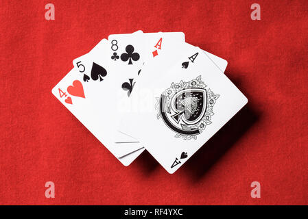 Blick von oben auf die roten Tisch und spielen Karten Kombination mit verschiedenen Anzüge - Stockfoto