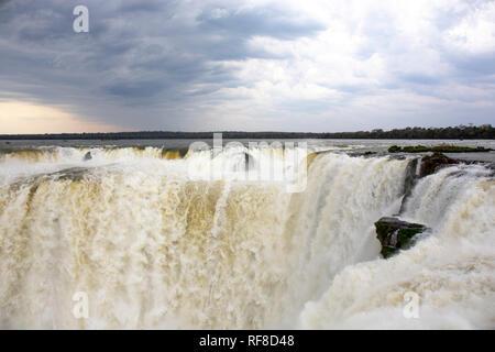 Die berühmten Teufelsschlund in Iguazu Wasserfälle, eines der großen Naturwunder der Welt, an der Grenze von Argentinien und Brasilien - Stockfoto