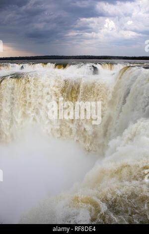 Die berühmten Teufelsschlund in Iguazu Wasserfälle, eines der großen Naturwunder der Welt, an der Grenze von Argentinien und Brasilien, Südamerika - Stockfoto