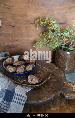 Getrocknete Dattel in Keramik Platte auf Holz- Hintergrund. Stil leben anzeigen - Stockfoto