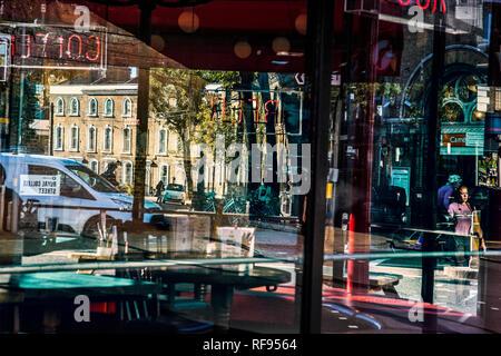 Bunte/bunte Leben auf der Straße in Gebäuden Fenstern reflektiert - Stockfoto