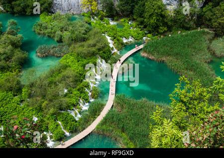 Nationalpark Plitvice, Kroatien, Europa. Tolle Aussicht über die Seen und Wasserfälle von Wald umgeben. - Stockfoto