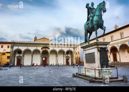 Die Chiesa di Annunziata Kirche und das Reiterdenkmal von Ferdinando I an der Piazza (Platz) della Santissima Annunziata in Florenz, Italien. - Stockfoto
