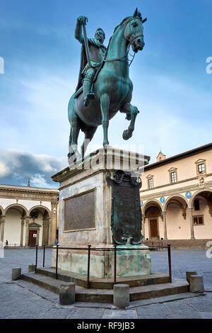 Das reiterdenkmal von Ferdinando I an der Piazza (Platz) della Santissima Annunziata in Florenz, Italien. - Stockfoto