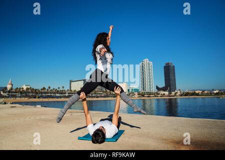 Schönes Paar üben acro Yoga am Morgen - Stockfoto