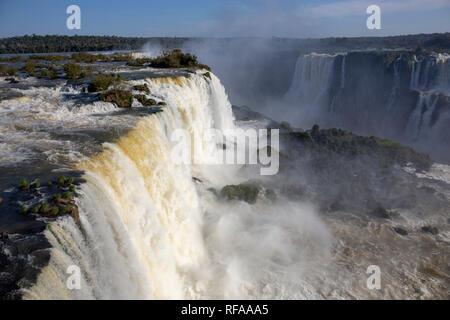 Touristen in Iguazu Wasserfälle, eines der großen Naturwunder der Welt, an der Grenze von Brasilien und Argentinien - Stockfoto