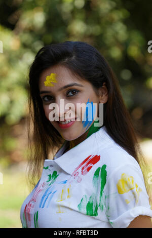 Junge Mädchen genießen Holi Festival. - Stockfoto
