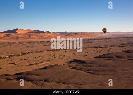 Sossusvlei. Bunten Heißluftballon über die hohen Berge in Namibia zu fliegen. Höhenlage. (Namibia, Südafrika). - Stockfoto