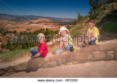 Geschwister eine Pause, wandern den Queens Garden/Navajo Canyon Loop im Bryce Canyon National Park, Utah, USA - Stockfoto