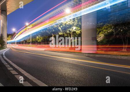 Autos fahren auf Überführung Highway, Chongqing, China. - Stockfoto