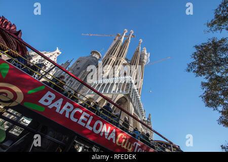 "Spanien, Barcelona, La Sagrada Familia. Touristische Bus ""Hop-on/Hop-off. - Stockfoto"
