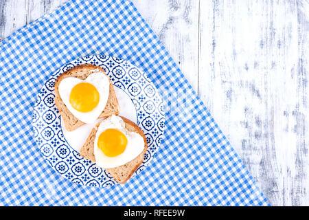 Frühstück von 2 gebratene Eier in Herzform. Romantische morgen surpriiz auf Urlaub. Valentinstag Konzept. Platz kopieren, Flach - Stockfoto