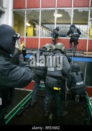 Ausübung von einem Sondereinsatzkommando der Polizei, Deutschland - Stockfoto
