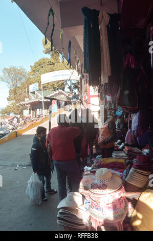 Batasia Loop, Darjeeling, 2 Jan 2019: Ladenbesitzer mit improvisierten Ständen. In der Schleife zwischen den Darjeeling und Ghum, einem berühmten Shopping Bereich Für - Stockfoto