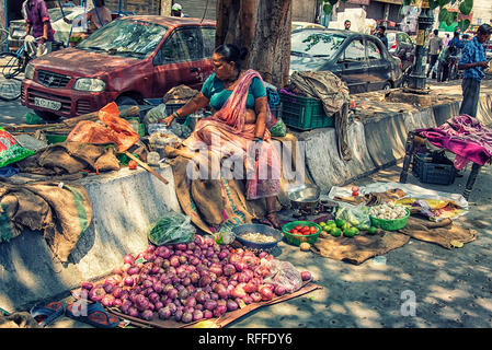 Lady saling Gemüse in Old Delhi Straße - Stockfoto