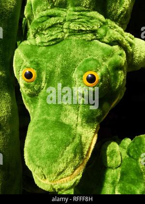 Nahaufnahme eines süßen, weichen grün gefärbten ausgestopfte Krokodil Spielzeug in den Philippinen gesehen - Stockfoto