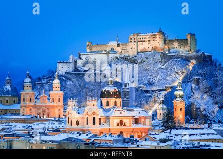 Salzburg, Österreich: Winter Überblicküber die historische Stadt Salzburg mit berühmten Festung Hohensalzburg und Salzach im wunderschönen Dämmerung leuchtet