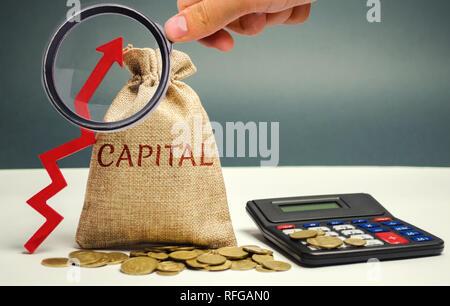 Geld beutel mit dem Wort Kapital und ein Pfeil nach oben. Das Konzept der Akkumulation und der Erhöhung der Geld Kapital. Erhöhung der Kapitalgewinnsteuer. Erhöhen - Stockfoto