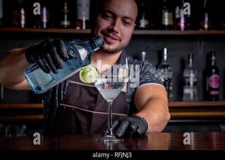 Barkeeper Vorbereitung und Gießen Cocktail in Martini Klasse. - Stockfoto