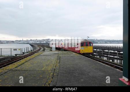 Eine Insel Linie Zug verlässt Ryde Pier Head Station, Ryde Pier Head, Ryde, Isle of Wight. - Stockfoto