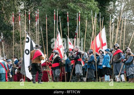 Die Schlacht von Nantwich wurde während des Ersten englischen Bürgerkrieges zwischen den Parlamentariern und Royalisten nordwestlich der Stadt Nantwich in Cheshire am 25. Januar 1644 ausgetragen. Die Royalisten unter Lord Byron belagerten Nantwich, und Sir Thomas Fairfax führte eine Armee an, um die Stadt zu entlasten. Als Fairfax sich näherte, führte ein plötzliches Tauen dazu, dass der River Weaver in Spat aufging und Byrons Kavallerie von seiner Infanterie und Artillerie, die von Fairfax überrannt und zerstört wurden, teilte. - Stockfoto