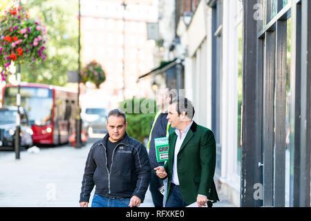 London, Großbritannien - 13 September, 2018: die Straße in Pimlico Chelsea oder Belgravia Bereich mit zwei Männern Fußgänger business Freunde gehen auf Pflaster sprechen dur - Stockfoto