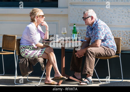 London, Großbritannien - 13 September, 2018: Senior ouple Mann und Frau am Tisch sitzen im Cafe im Freien Stühle reden, Wein trinken und Essen in Pimlico - Stockfoto