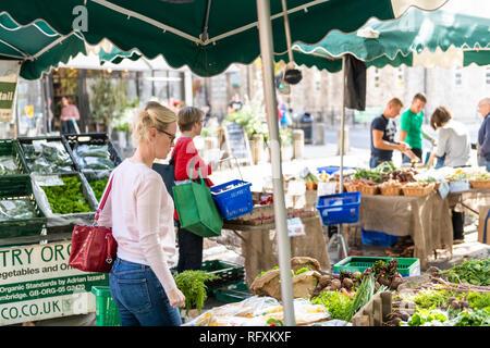 London, Großbritannien - 15 September, 2018: Nachbarschaft Markt in Pimlico mit Menschen Frau Shopping Kaufen Essen auf der Straße Straße an frisches Gemüse Verkaufsstand - Stockfoto