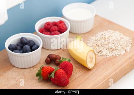 Zutaten für Müsli mit frischem Obst oder Smoothie - Stockfoto