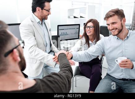 Business Team die Hände zusammen am Arbeitsplatz - Stockfoto
