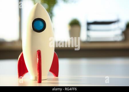 Rocket am Anfang des Quartals steht auf Tisch - Stockfoto