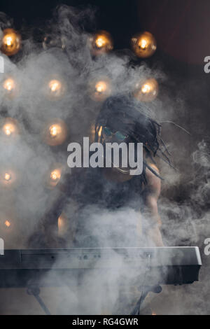 Super Mann steht hinter dem Synthesizer - Stockfoto
