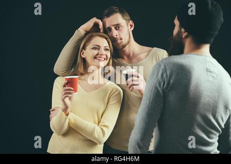 Können zusammen trinken. Freunde, Alkohol zu trinken. Hübsche Frau und Männer trinken Partei. Freunde Party. Beste Freunde feiern mit alkoholischen Getränken - Stockfoto
