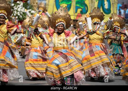 Iloilo City, Philippinen. 27 Jan, 2019. Der Höhepunkt der Dinagyang, eines der Belebtesten und jährliche street Tanz Festivals in den Philippinen fand am Sonntag mit zehn der besten Ati Stämme an der spektakulären Showdown. Einige bedingte Gruppen gezählt bis zu 350 Teilnehmer, die Trommler und Tänzer Requisiten Menschen enthalten. Quelle: bildergallerie 2/Alamy leben Nachrichten - Stockfoto