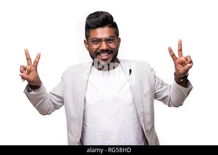 Schöne indische hipster Mann mit v-Zeichen auf weißem Hintergrund - Stockfoto