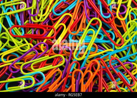 Bündel von Multi Color Büroklammern - Stockfoto