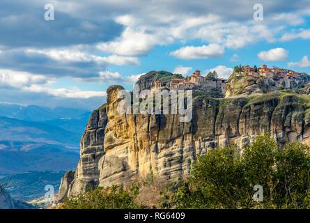 Die Klöster von Meteora Varlaam und Grand, auf den Felsen gebaut, Berglandschaft, Meteore, Trikala, Thessalien, Griechenland - Stockfoto