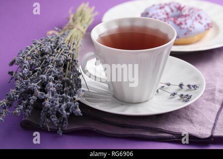 Lavendel Lavendel Kaffee und Donut mit Bündel von lavendelblüten - Stockfoto