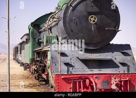 Diese historischen Zug am Wadi Rum in Jordanien ist heute nur für touristische Zwecke verwendet werden. Aber auf den Spuren am Rand der Wüste auch Züge mit Phosphat Roll zum Hafen von Aqaba. (07 November 2018) | Verwendung weltweit - Stockfoto