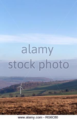 Wea weiß große Einzelzimmer in offenen englischen Landschaft mit sanften Hügeln und blauer Himmel - Stockfoto