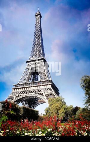 Die blühenden Gärten und den Eiffelturm in Paris, Frankreich. - Stockfoto
